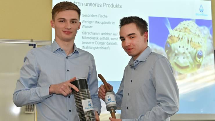 Aron Düringer und Kevin Bewesher zeigen den Prototypen.