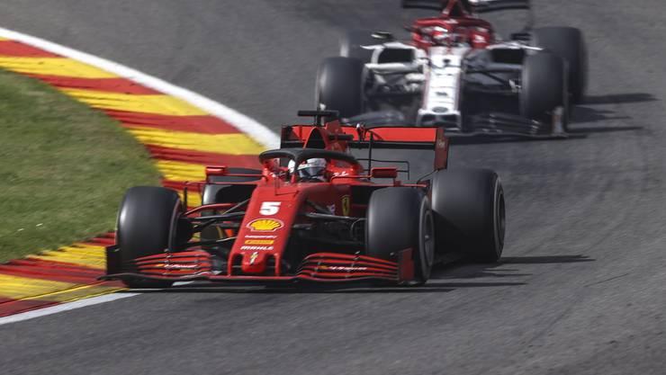 Alfa-Pilot Kimi Räikkönen verfolgt in Spa Sebastian Vettel auf Ferrari. Am Ende des Rennens hatte Räikkönen die Nase deutlich vorn.