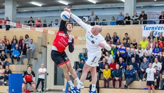 : Joël Fehr (links) und Oberentfeldens Nicolas Schwander lieferten sich im Finalspiel viele spektakuläre Duelle.