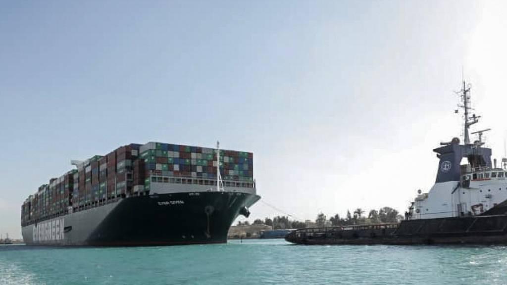 HANDOUT - Das Containerschiff «Ever Given» fährt in Begleitung von Schleppern über den Suezkanal. Nach tagelanger Blockade durch das riesige Containerschiff ist der Suezkanal wieder frei. Foto: -/Suez Canal Authority/dpa - ACHTUNG: Nur zur redaktionellen Verwendung und nur mit vollständiger Nennung des vorstehenden Credits