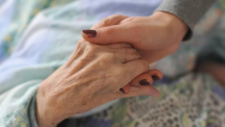 Erwerbstätige, die ihre Angehörigen zu Hause Pflegen, werden künftig besser unterstützt.