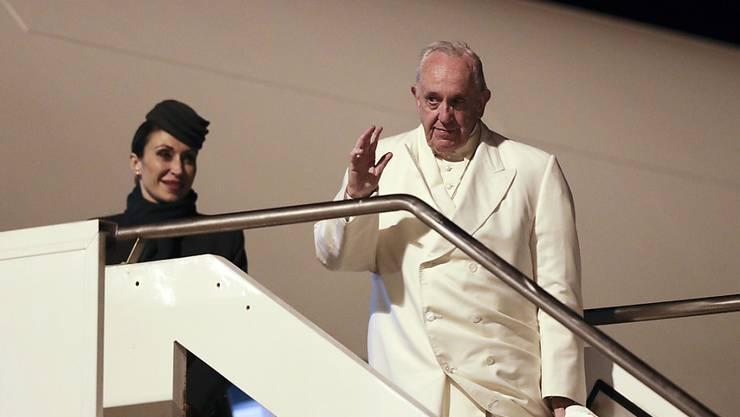 Der Papst winkt vor seinem Abflug nach Myanmar.