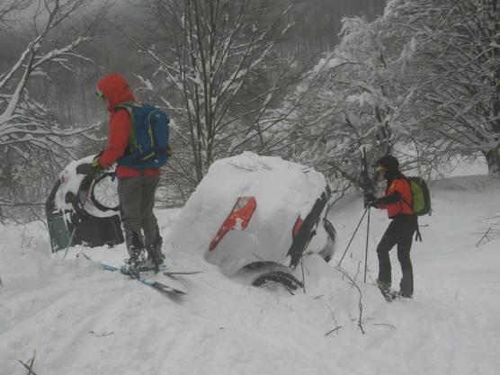 Rettungskräfte auf Skiern treffen beim Lawinen-Hotel Rigopiano in den Abruzzen ein. (Archivbild)