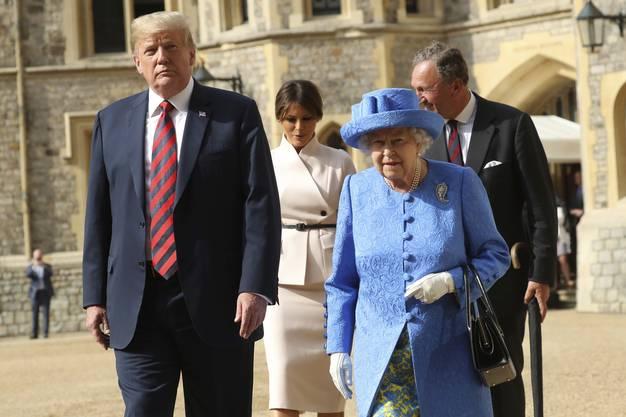 Die 92 Jahre alte Monarchin begrüsste die beiden am späten Freitagnachmittag mit militärischen Ehren im Innenhof des Palasts.
