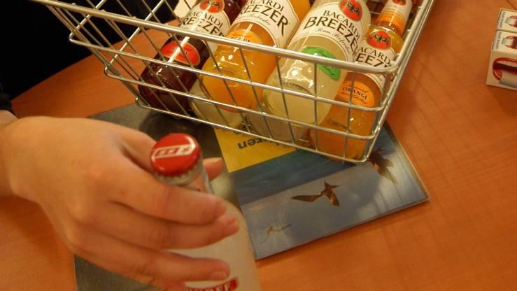 Der Grosse Rat ist nicht auf eine Vorlage für ein Alkohol-Weitergabeverbot an Jugendliche eingetreten. (Archiv/wal)
