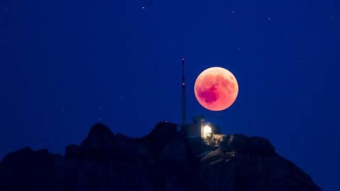 Mond über dem Säntis.
