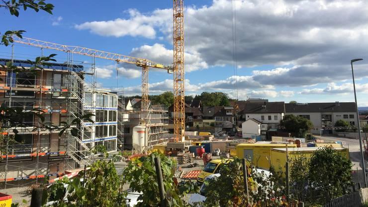 Das Dorfzentrum Stetten wird überbaut. Bis Ende 2019 sollen hier sechs Mehrfamilienhäuser stehen. Bild vom 24. September 2018