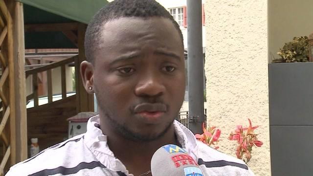 Grosser Bruder verteidigt seine in Afrika ausgesetzten Geschwister