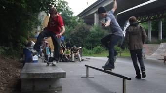 Trotz Regen: Skater springen auf dem neuen Rollpark die Treppe hinunter.