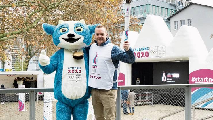 Glückliche Gesichter nach der Veranstaltung: Maskottchen Yodli und Bobfahrer Rico Peter mit der olympischen Fackel.Bild: Michael Küng