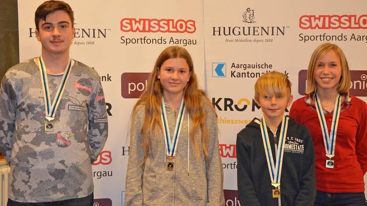 Kategoriensieger mit dem Gewehr: (von links) Idris Zuncevski (U15 aufgelegt), Marion Obrist (U17), Jesse Wichtermann (U13) und Saskia Zoller (U15 frei). (Foto: msch)