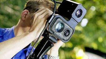 Die Kantonspolizei Aargau nimmt Temposünder mit einem mobilen Lasermessgerät ins Visier. (Symbolbild)