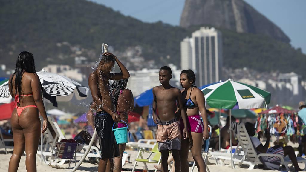 ARCHIV - Strandbesucher drängen sich am Copacabana Beach in Rio de Janeiro. Foto: Fernando Souza/dpa
