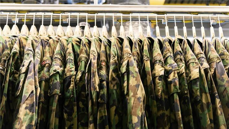 Nach eigenen Angaben verfügt die Armee noch über 500'753 alte Tarnanzug-Jacken.
