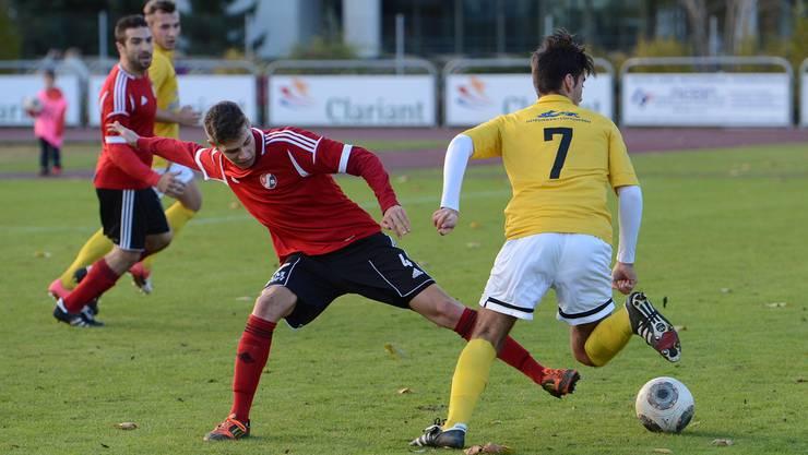 Fabio Gisler vom SV Muttenz (links) gegen Cihad Kahraman.
