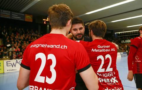 Milan Skvaril (M.) wird auch von seinen Teamkollegen Sergio Muggli (Nr. 22) und Dylan Brandt (Nr. 23) verabschiedet.