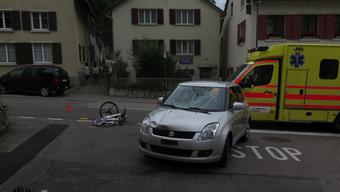 Radfahrerin zieht sich bei Frontalkollision mit Personenwagen Kopfverletzungen zu.