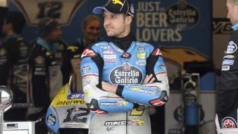Tom Lüthi wartet darauf, dass der Regen in Sepang endlich wieder aufhört und das Qualifying wieder aufgenommen werden kann