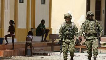 Kolumbianische Soldaten patrouillieren in einem Dorf