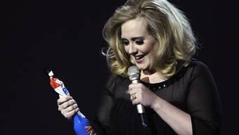 Adele mit ihrem Brit Award für die beste britische Sängerin
