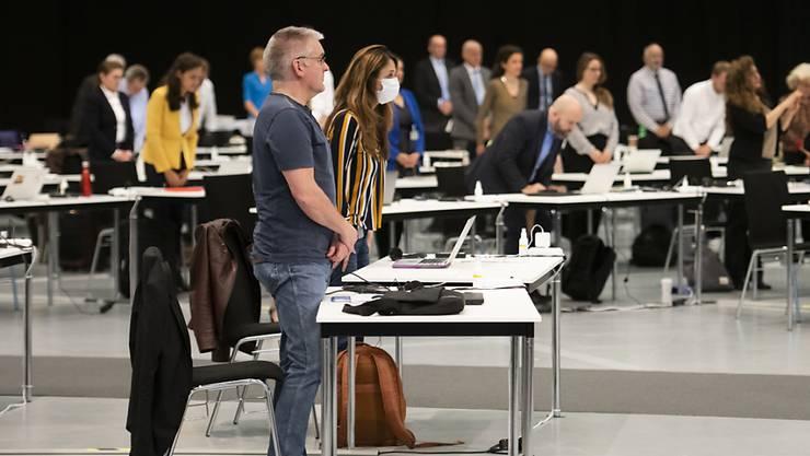 Nationalrätinnen und -räte gedenken der Opfer der Covid-19-Pandemie, am ersten Tag der ausserordentlichen Session der Eidgenössischen Räte zur Corona-Krise am Montag im Nationalrat in einer Ausstellungshalle der Bernexpo in Bern.