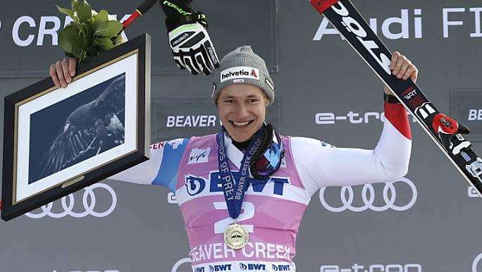 Marco Odermatt lässt sich erstmals im Weltcup als Sieger feiern.