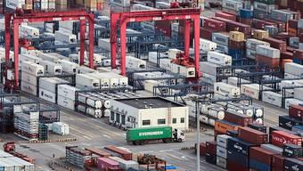 Die chinesischen Exporte sind eingebrochen: Ein Lastwagen am Hafen Yangshan in Shanghai (Archivbild).