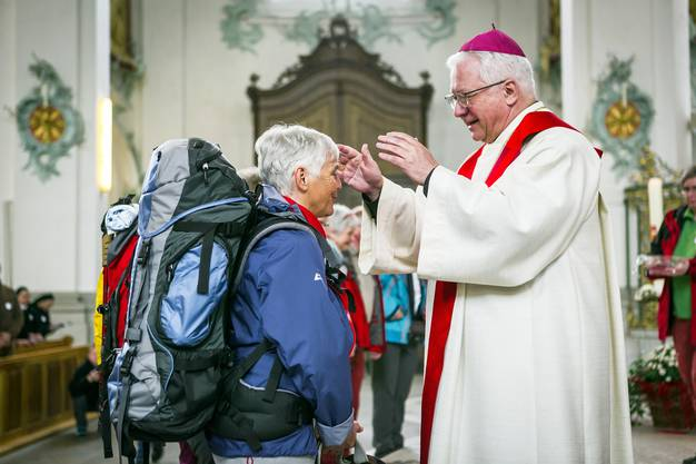 Der St. Galler Bischof Markus Büchel erteilt den Segen.