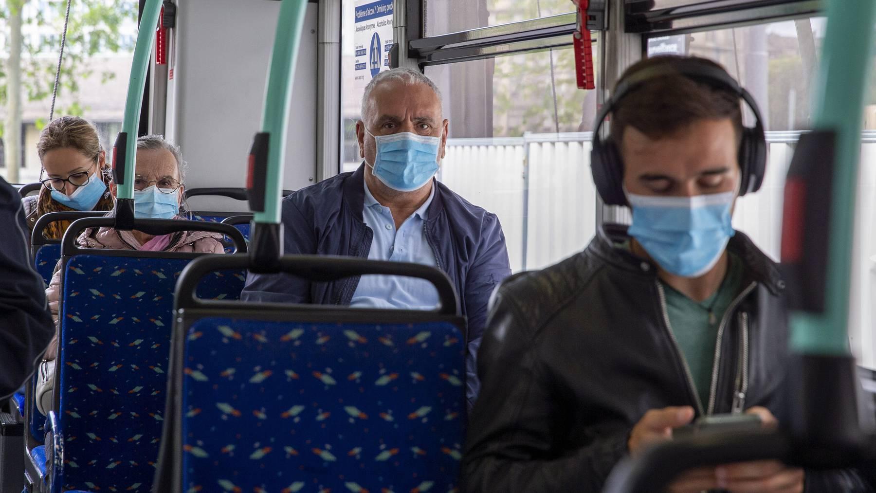 Masken im öV gehen bei armen Familien schnell ins Geld.