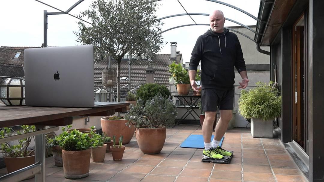 «Bewegen Sie sich so oft wie möglich»: der Sportlehrer unterrichtet auf der Dachterrasse