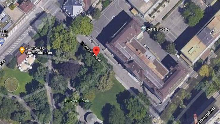 Vor dem Eingangstor zum Schulhaus wurde ein 53-Jähriger Opfer eines Raubüberfalls.