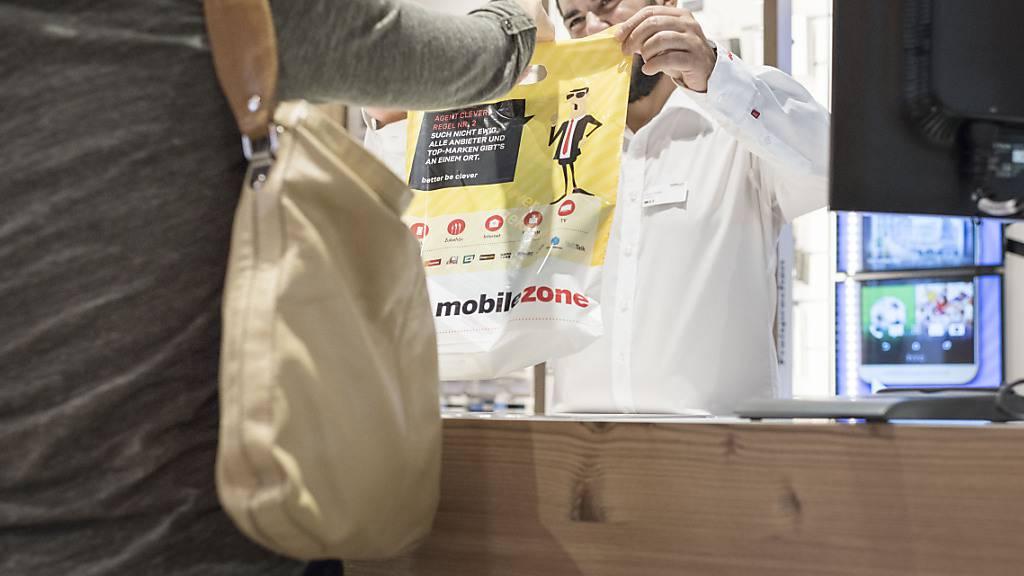Mobilezone hat im ersten Halbjahr 2020 trotz eines tieferen Umsatzes doppelt so viel verdient wie in der Vorjahresperiode. (Archivbild)