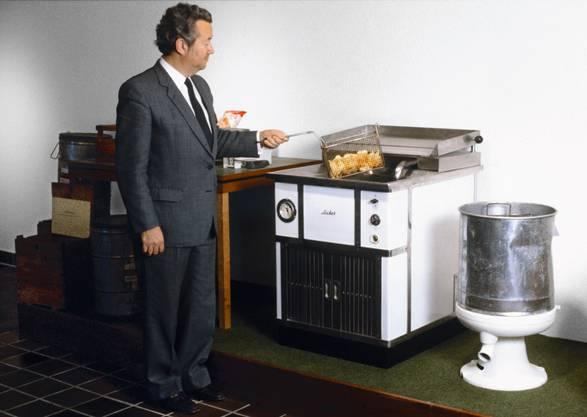 Hans-Heinrich Zweifel an einer Hotelfriteuse. Mit vier solchen Geräten wurden in den Anfängen die Chips produziert.