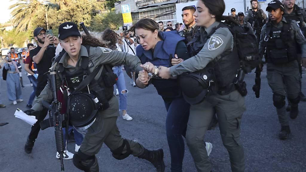 Die Reporterin des katarischen Fernsehsenders Al-Dschasira Givara Budeiri (M) wird von zwei Frauen des israelischen Militärs abgeführt. Während einer Berichterstattung wurde sie gewaltsam in Jerusalem festgenommen. Foto: Oren Ziv/AP/dpa