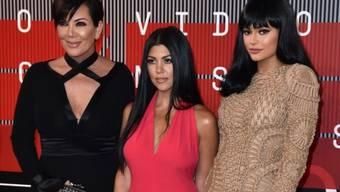 V.l.: Kris Jenner und ihre Töchter Kourtney Kardashian und Kylie Jenner gestern bei den MTV Video Music Awards. In dieser oder anderer Zusammensetzung werden die Kardashian-Frauen demnächst vor Gericht erscheinen müssen.