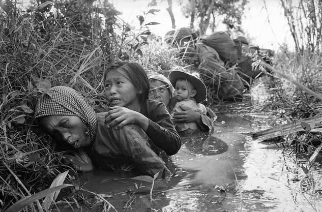 Vietnamkrieg, 1966: Frauen und Kinder verstecken sich in einem Kanal vor den Vietkong