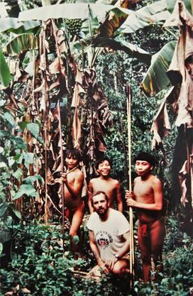 Ein unglaubliches Foto: Mario Richner ist mit drei Waika-Kriegern im Dschungel auf der Jagd.