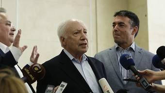Uno-Vermittler Matthew Nimetz (Mitte) mit dem griechischen Aussenminister Nikos Kotzias (l) und dem Aussenminister Mazedoniens Nicolas Dimitrov. Nimetz hatte sich mehr als sechs Stunden mit den beiden Aussenministern im Athener Vorort Sounion getroffen.