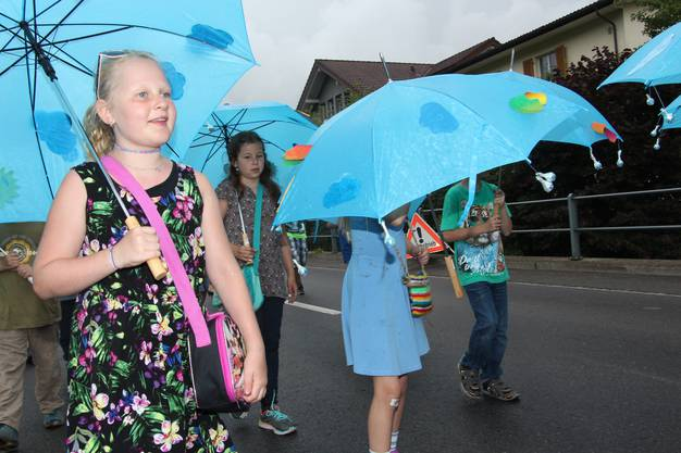 1. bis 3. Klasse Schlossrued hatte den Schirm dabei.