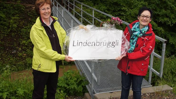 Erika Essig (links) und Gemeinderätin Elisabeth Keller bei der Namenstaufe. rgk
