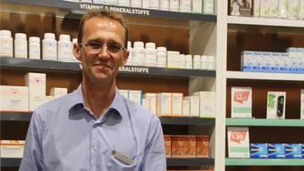 Apotheker Christian Hehl an einer der sechs neuen Beratungsinseln.