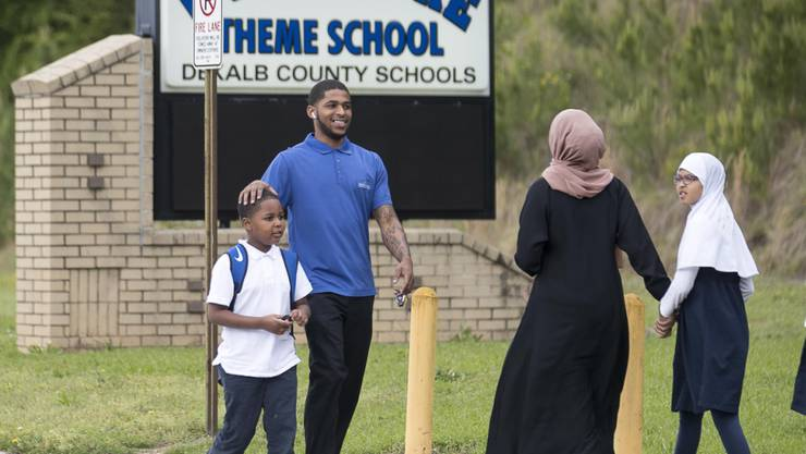 Ein Vater holt seinen Sohn von der Schule im US-Südstaat Georgia ab, nachdem ein Unbekannter zehn Schüler mit Schrotkugeln verletzt hat.