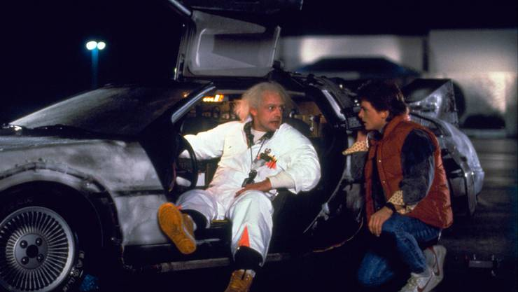 "Christopher Lloyd (l) als Dr. Emmett Brown und Michael J. Fox als Marty McFly 1985 in ""Back to the Future"". (Archiv)."