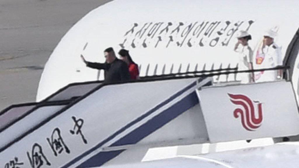 Nordkoreas Machthaber Kim Jong Un und seine Frau beim Abflug vom Flughafen Peking nach ihrem China-Besuch.