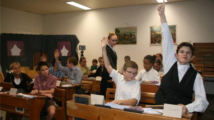 Mit strengem «Bürzi», langem, schwarzen Jupe und Rohrstock in Händen leitet das Fräulein Lehrerin den Nostalgie-Unterricht.
