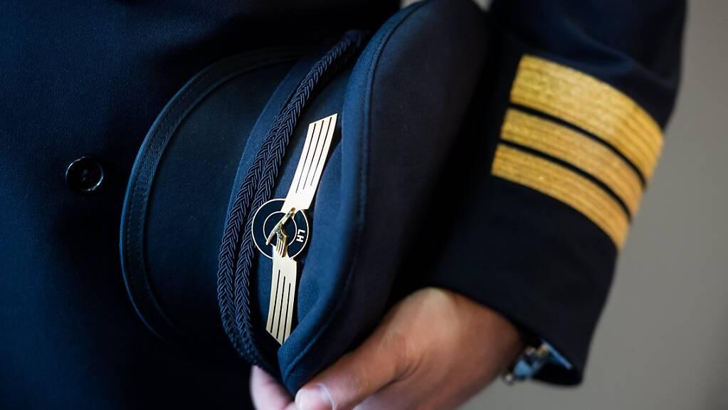 Die Gewerkschaft der Lufthansa-Piloten hat sich vorerst mit der Konzernführung geeinigt: Ihnen wird vorerst nicht gekündigt. (Symbolbild)