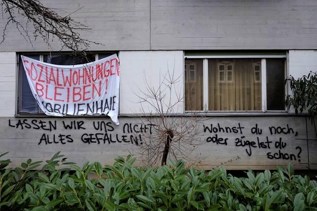 Am fraglichen Haus in der Klybeckstrasse wiesen Transparent und Sprayereien auf die Anliegen der Anwohner hin.