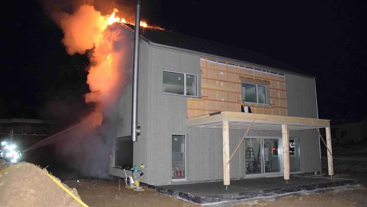 Das Feuer im Einfamilienhaus-Neubau in Lüterkofen brach am frühen Morgen aus