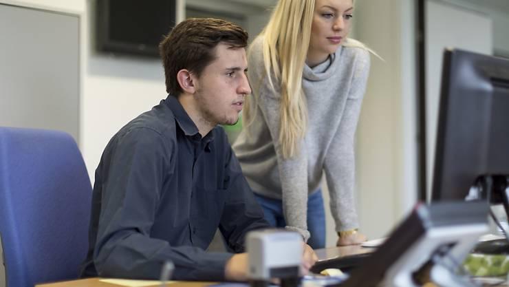 KV-Lehrling an der Arbeit: nach Abschluss der Lehre gelingt der Mehrheit der Einstieg ins Berufsleben, vor allem, weil viele von ihnen im ehemaligen Lehrbetrieb weiterbeschäftigt werden. Jeder siebte verdient aber immer noch weniger als den vom Branchenverband empfohlenen Mindestlohn. (Archivbild)