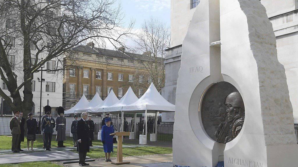 Queen Elizabeth II. und weitere Mitglieder der königlichen Familie weihen ein Denkmal für die britischen Veteranen der Kriege im Irak und in Afghanistan eingeweiht.